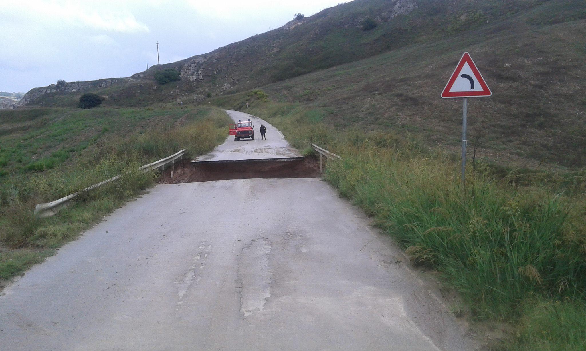 Caltanissetta - Mussomeli, frana tratto di strada: il M5s lavori subito