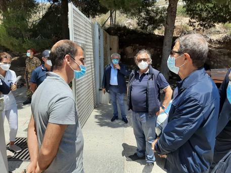 Assalto di migranti a Lampedusa, in poche ore ne sono arrivati più di settecento: è emergenza