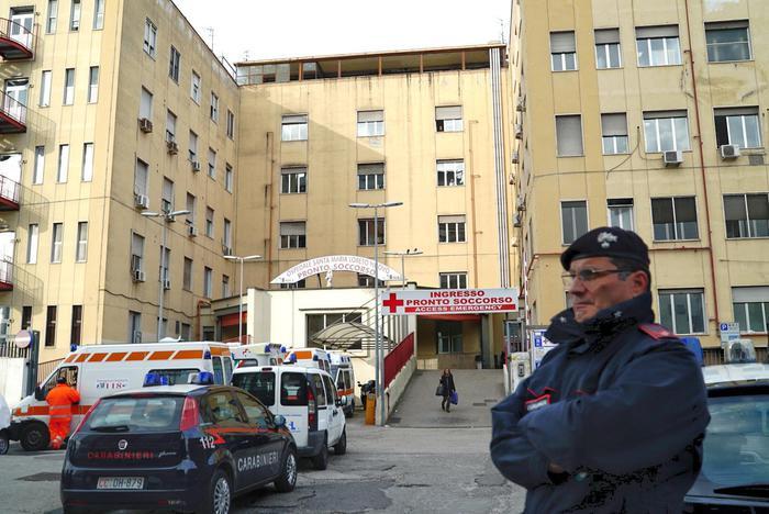 Napoli, in codice rosso 4 ore per un esame: morto un ragazzo