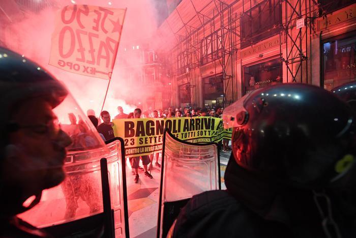 Renzi a Napoli, tafferugli tra manifestanti e forze dell'ordine