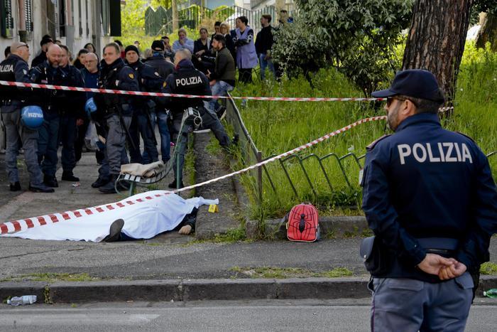 Agguato a Napoli contro padre e figlio, un morto e un ferito