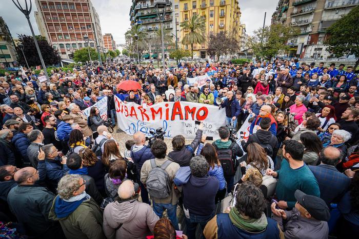 """Trecento persone in piazza Nazionale a Napoli: """"Forza Noemi"""""""