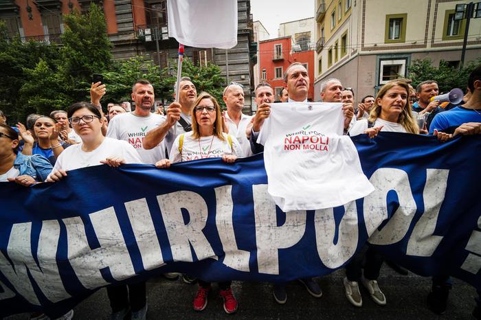 Napoli si ferma per lo sciopero Whirlpool: i lavoratori chiedono aiuto al  Consolato americano