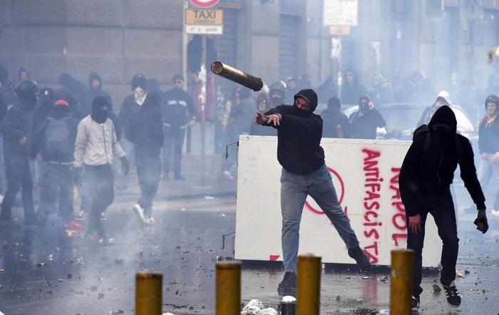 La presenza di Salvini a Napoli provoca il finimondo, guerriglia a Fuorigrotta: 34 feriti