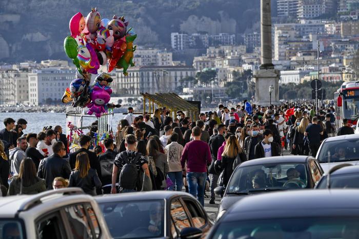 Folla sul lungomare di Napoli e assembramenti per la Movida
