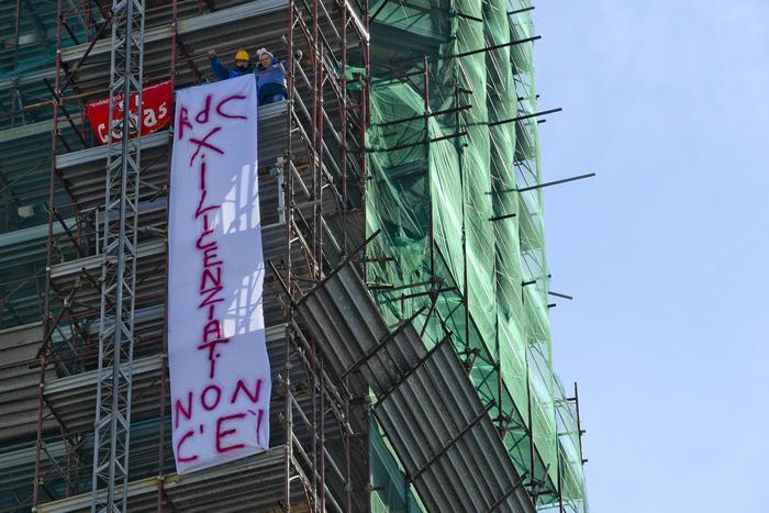 Pasqua sul tetto del campanile a Napoli per i 5 licenziati della Fca di Pomigliano