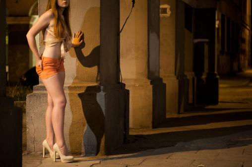 Napoli, quindicenne scoperta a prostituirsi: tenta la fuga ma viene bloccata