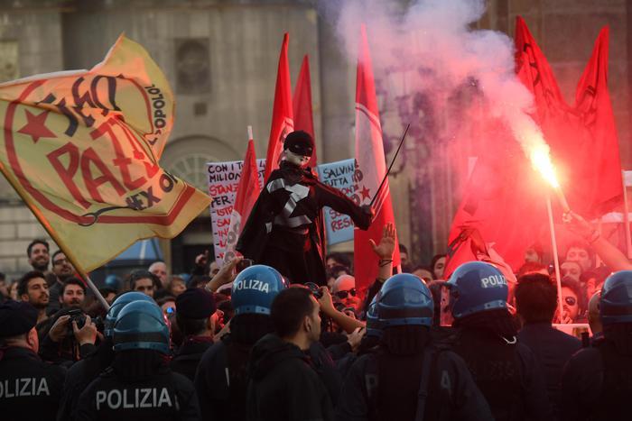 Salvini a Napoli, scontri tra la polizia e manifestanti in piazza Plebiscito