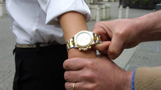 Napoli, tentano di rubargli l'orologio, lui reagisce e viene ferito