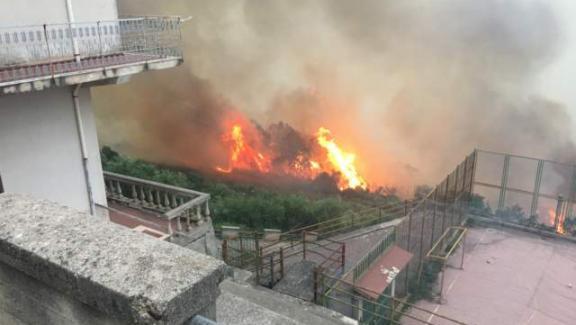 Piromani in azione sui Nebrodi, sgomberate diverse case a Naso