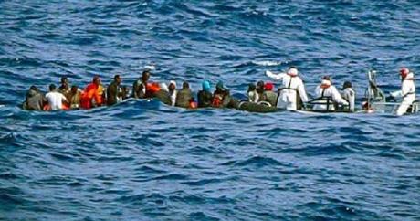 Affonda gommone a largo della Libia, 100 migranti dispersi