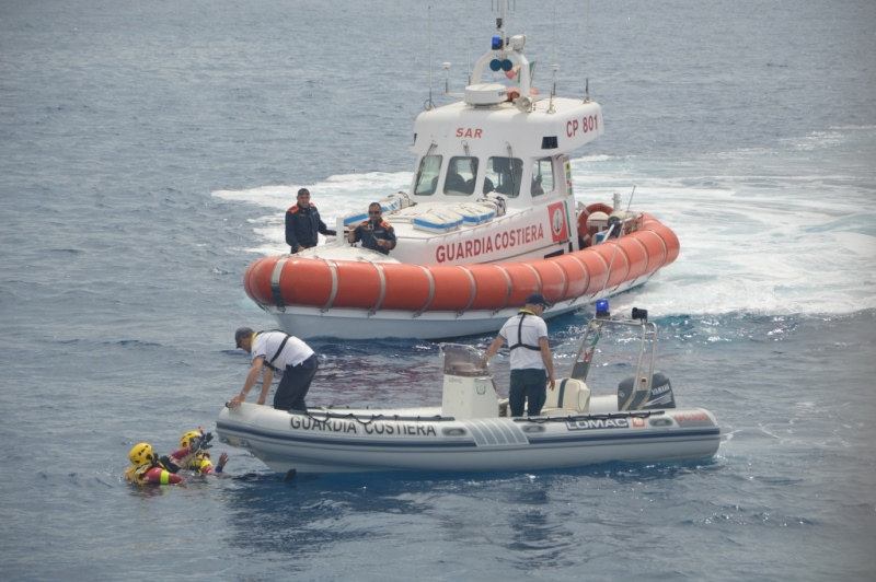 Naufragio in alto mare, tre francesi salvati dalla Guardia costiera calabra