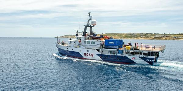 Attraccata a Pozzalo nave Phoenix con 320 migranti: molti i minori