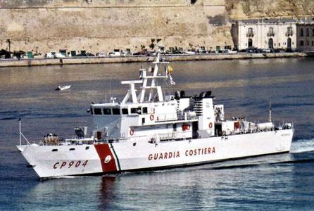 Soccorsa una barca a vela con 47 migranti: nave Fiorillo li porta ad Augusta