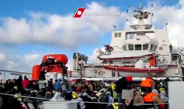 Migranti ad Augusta, restano ancora a bordo della Gregoretti sul pontile della Nato