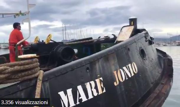 Nave Ong soccorre un gommone con 50 migranti a largo della Libia