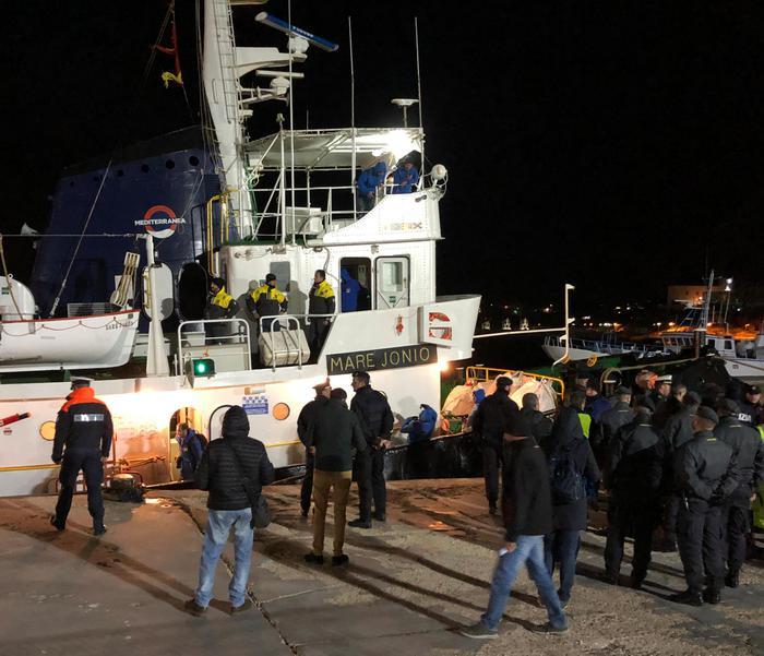 Migranti, la nave Ong Mare Jonio nel porto di Lampedusa: ordine di sbarco