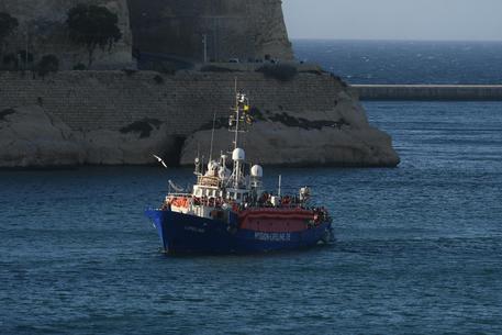 Migranti: finita l'odissea della nave Lifeline, è arrivata a Malta