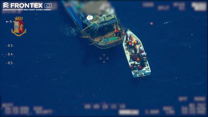 A Licata 'nave madre' che ha trasbordato i migranti: sette fermati