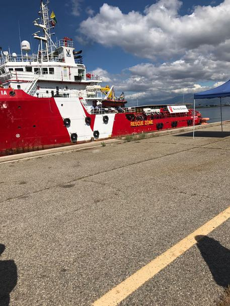A Corigliano una nave con a bordo 635 migranti, altri attesi nelle prossime ore