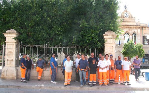 Sciopero dei netturbini a Pozzallo per il mancato pagamento degli stipendi