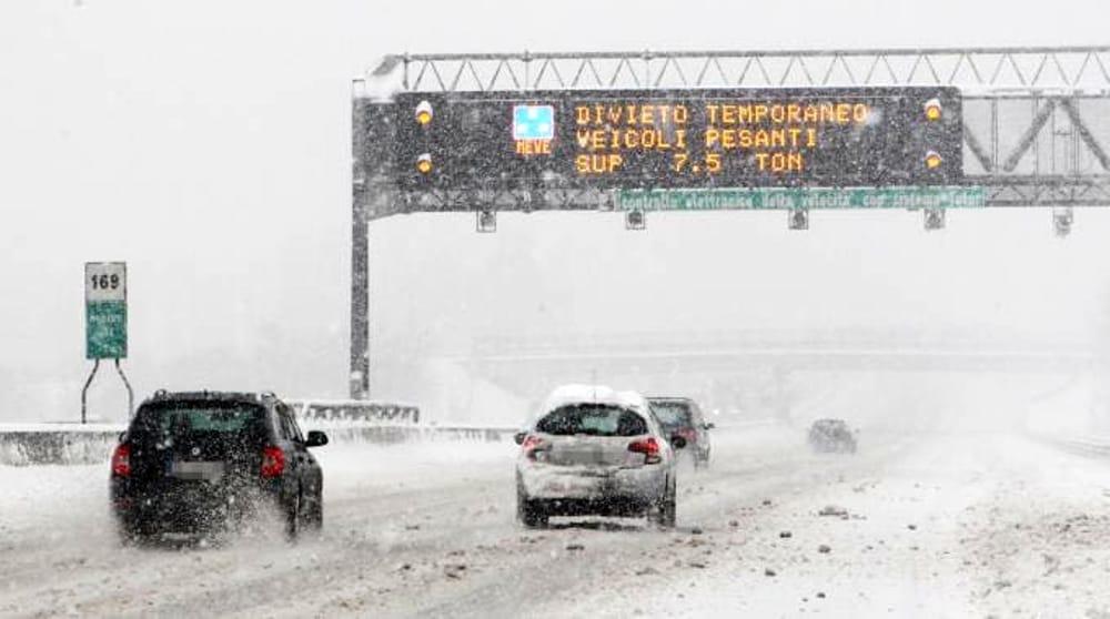 Forte nevicata in Irpinia, disagi pure nella Napoli - Canosa