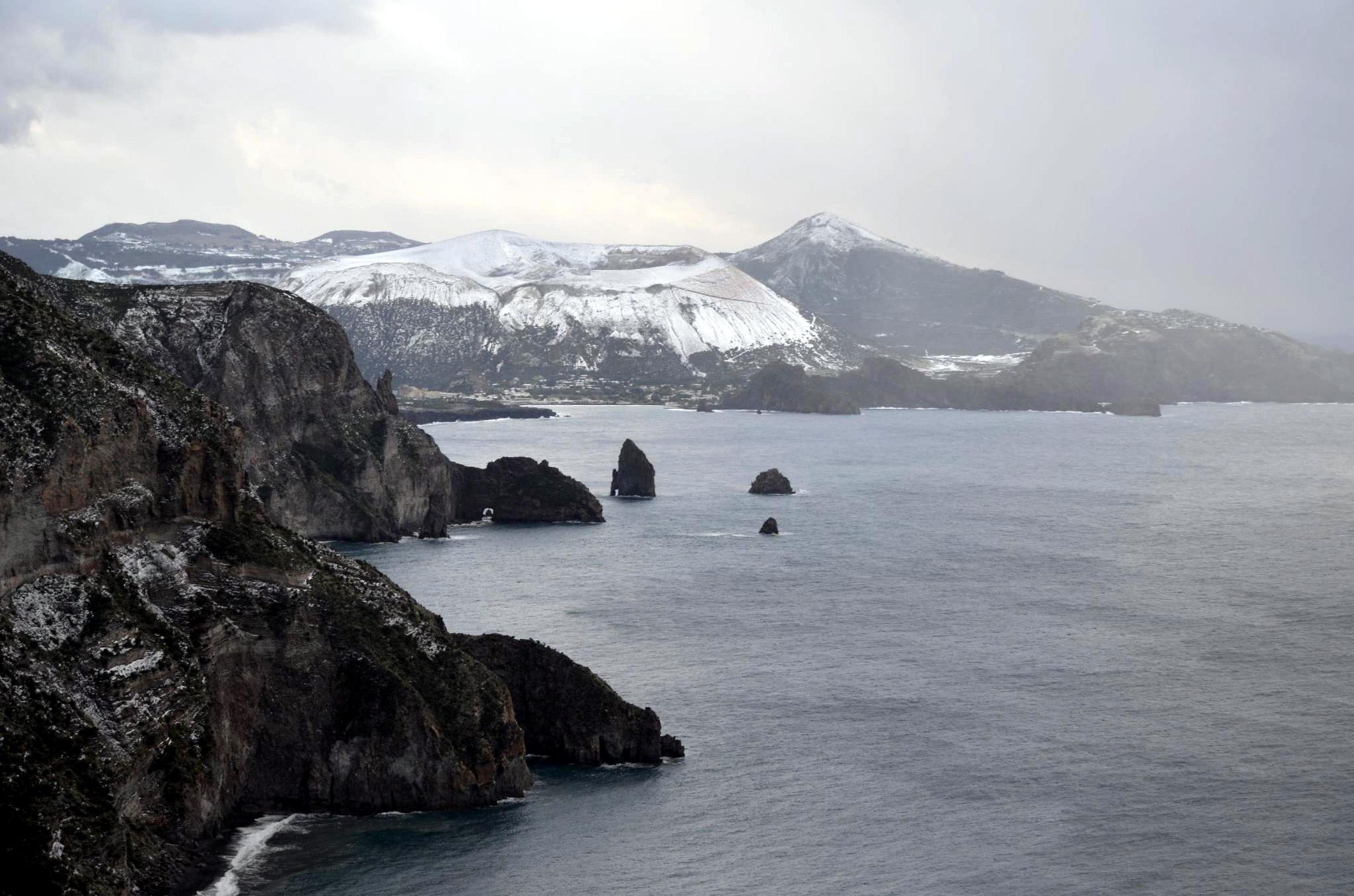 Fiocchi di neve sulle cime delle Eolie: disagi collegamenti