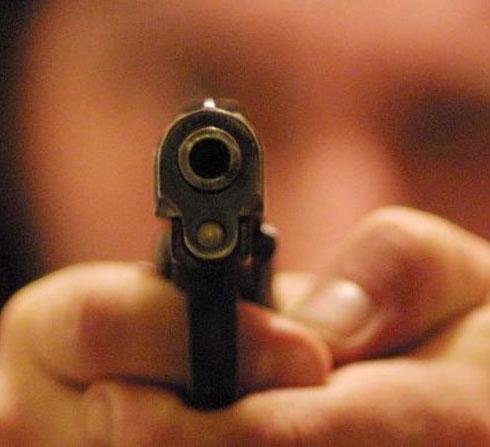 Minaccia l'ex con una pistola, arrestato un 29enne di Partinico