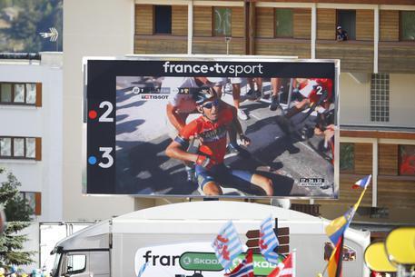 Tour de France, Nibali cade per colpa di una moto, forse frattura di una vertebra