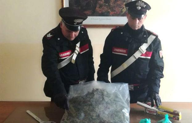 Un chilo e mezzo di marijuana tra casa e garage: un arresto a Gela