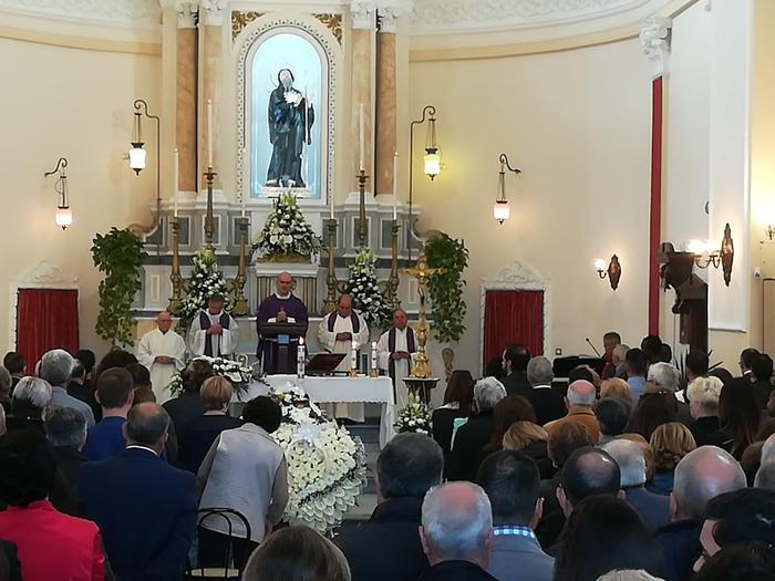 Ucciso e bruciato, celebrati a Nicotera i funerali di Stefano Piperno
