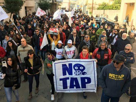 Tap, manifestanti bloccano i mezzi in arrivo al cantiere di Lecce