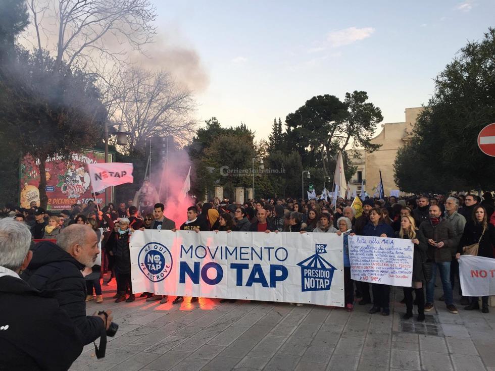 Tap: manifestazione a Lecce, lancio di petardi e muri imbrattati