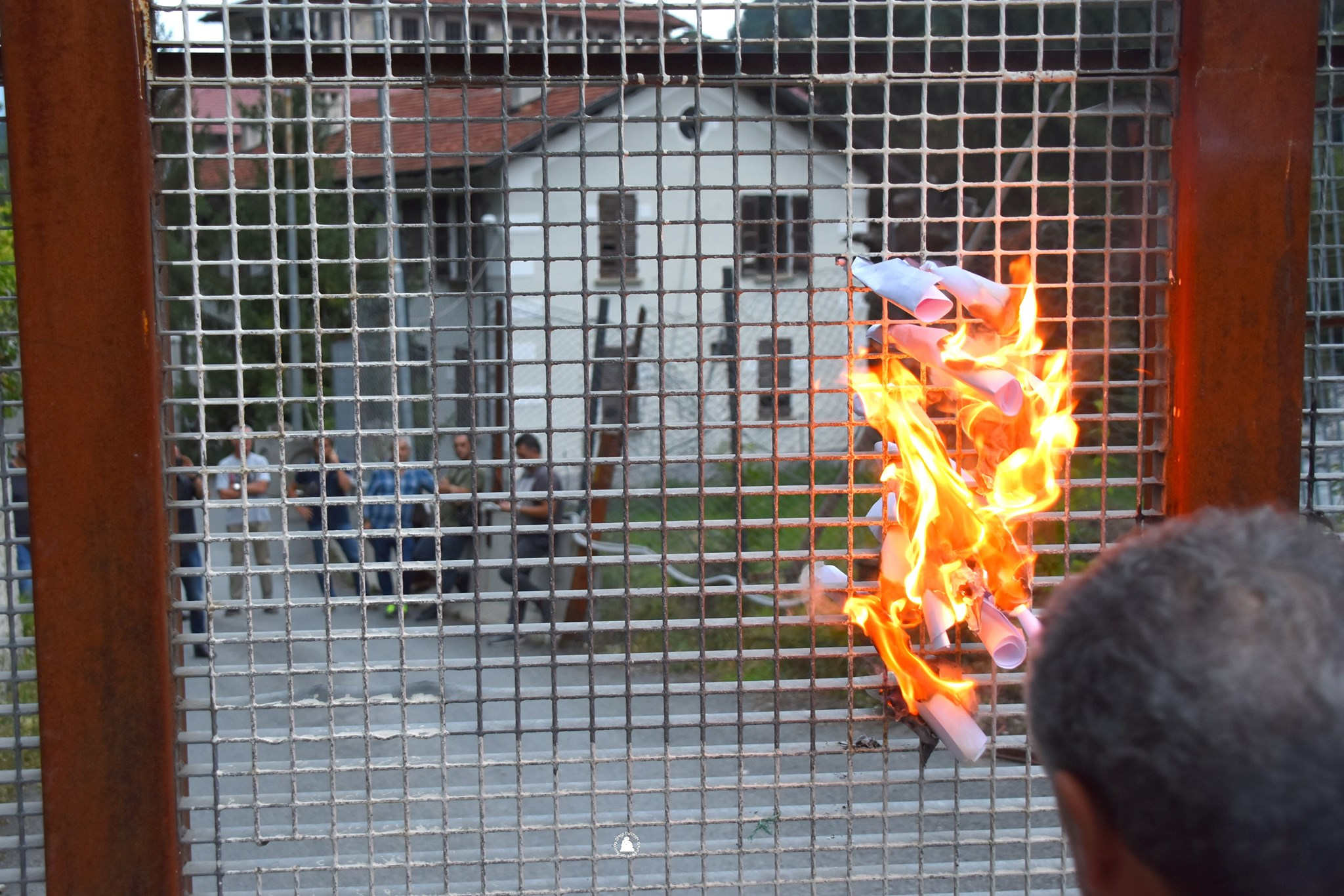 Ancora proteste No Tav in Val di Susa, bruciato il cancello di un cantiere