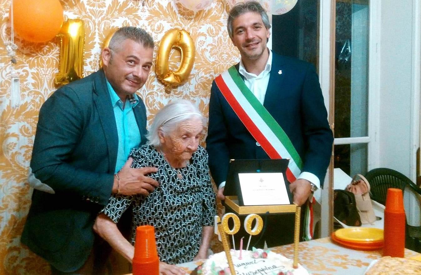 Festa a Villa Serena ad Avola per i 100 anni di nonna Giuseppina