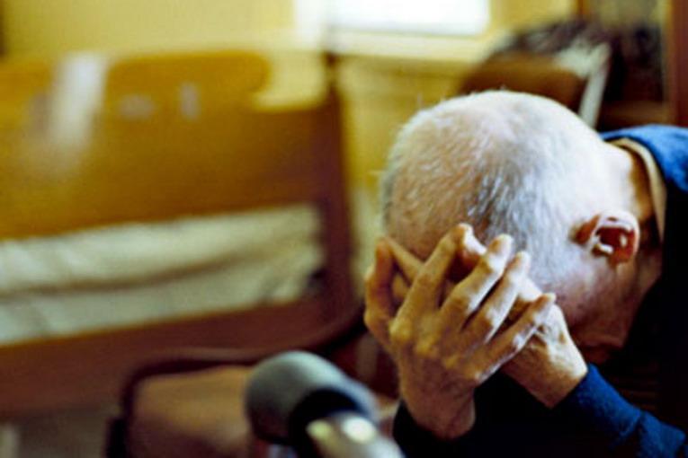 Ruba soldi e minaccia di morte il nonno: arrestato a Catania