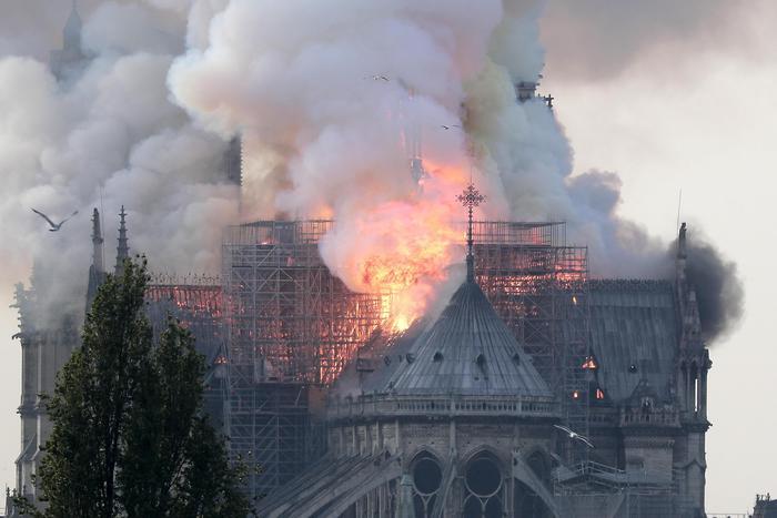 Notre-Dame sfregiata dal fuoco, non piange solo Parigi ma l'Europa intera