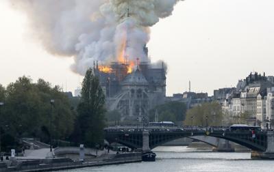 Parigi, fuoco dal tetto Notre Dame: evacuata  la Cattedrale
