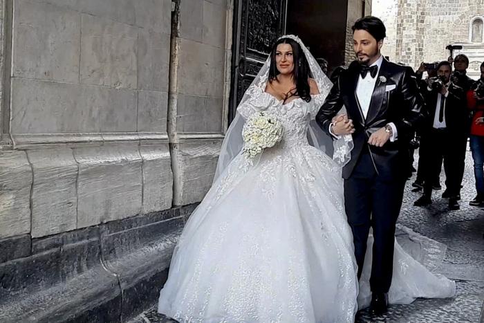 Nozze trash tra la vedova del boss e il cantante Tony Colombo: insorge il Comune di Napoli