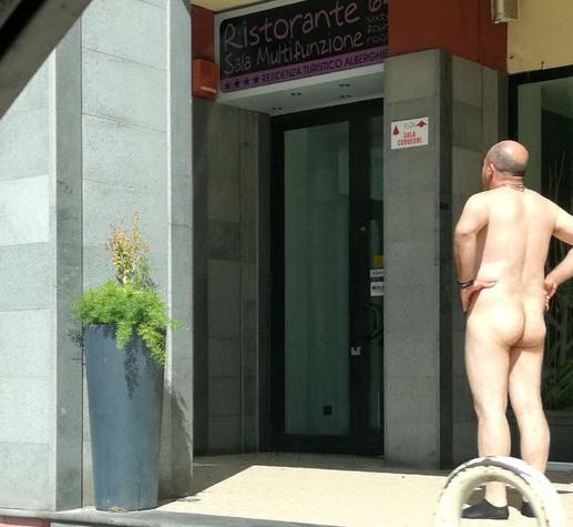 Sostava nudo davanti la biblioteca dell'Università Kore di Enna