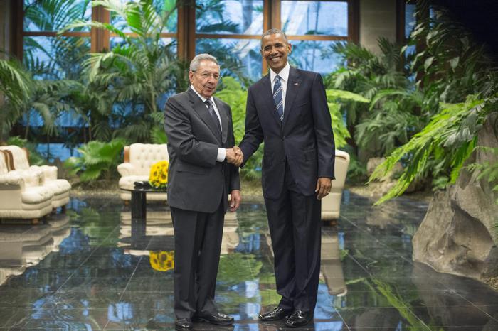 Obama a Cuba, storica stretta di mano con Raul Castro