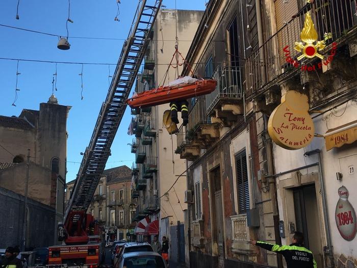 Obeso si frattura il femore a Catania, intervengono i vigili del fuoco