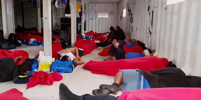 Migranti, Ocean Viking da 10 giorni in mare, appello all'Ue per un porto sicuro