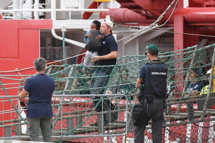 Sbarcati a Messina i 182  migranti della Ocean Viking: torturati in Libia