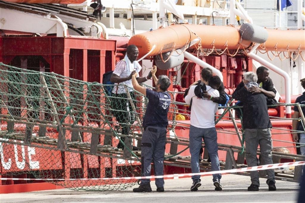 Migranti, sbarcati a Pozzallo i 60 della Ocean Viking: c'è pure un neonato