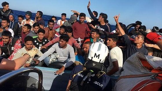 Tensioni tra i 180 della Ocean Viking, due migranti si lanciano in mare