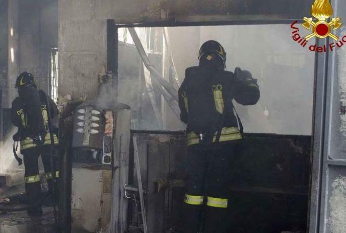 Siracusa, incendio doloso in un'autofficina: danneggiate tre vetture