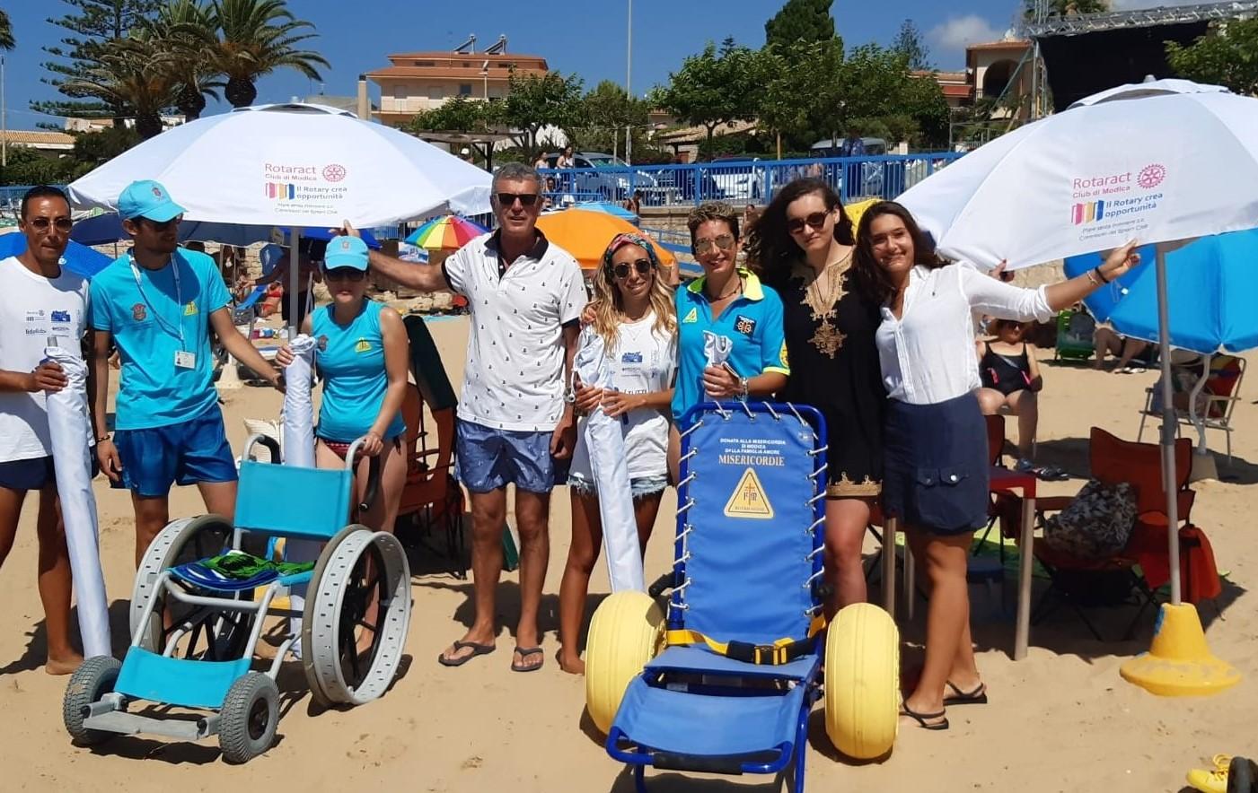 Modica, il Rotaract dona tre ombrelloni per le piattaforme diversamente abili