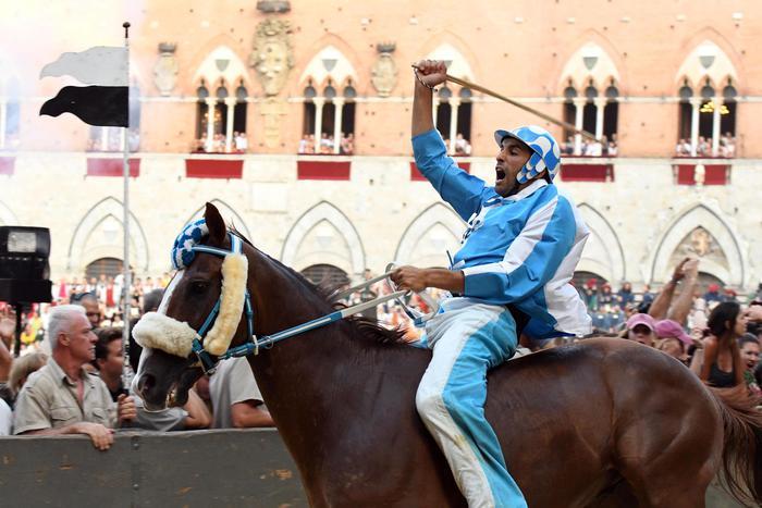 Palio di Siena, L'Onda vince battendo pure i pronostici