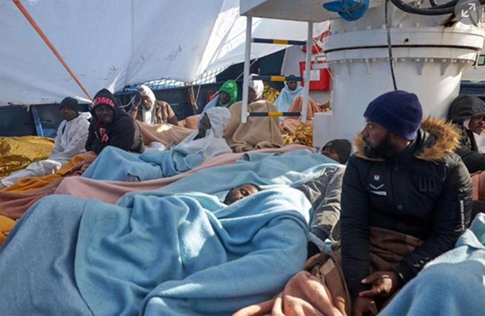 Migranti, la Alan Kurdi chiede aiuto a Malta dopo il no dell'Italia: il tempo peggiora